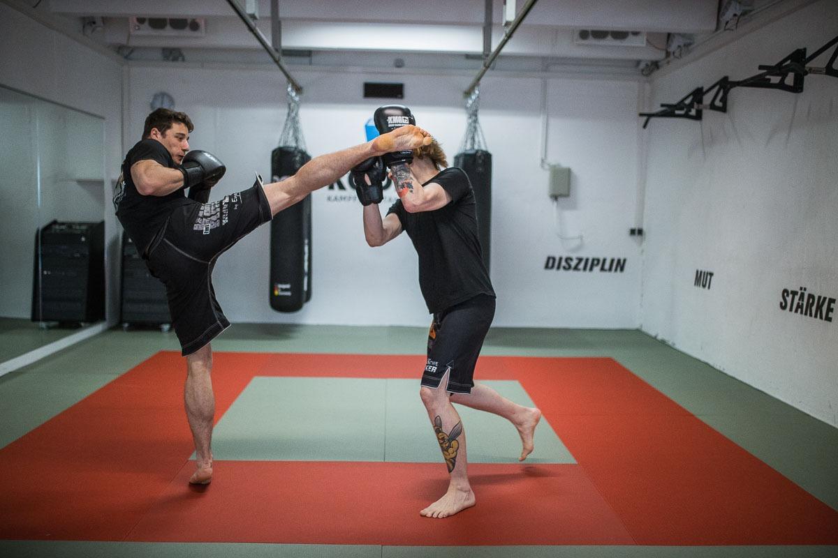 Chris lernt Kickboxen und zeigt einen hohen Fußtritt