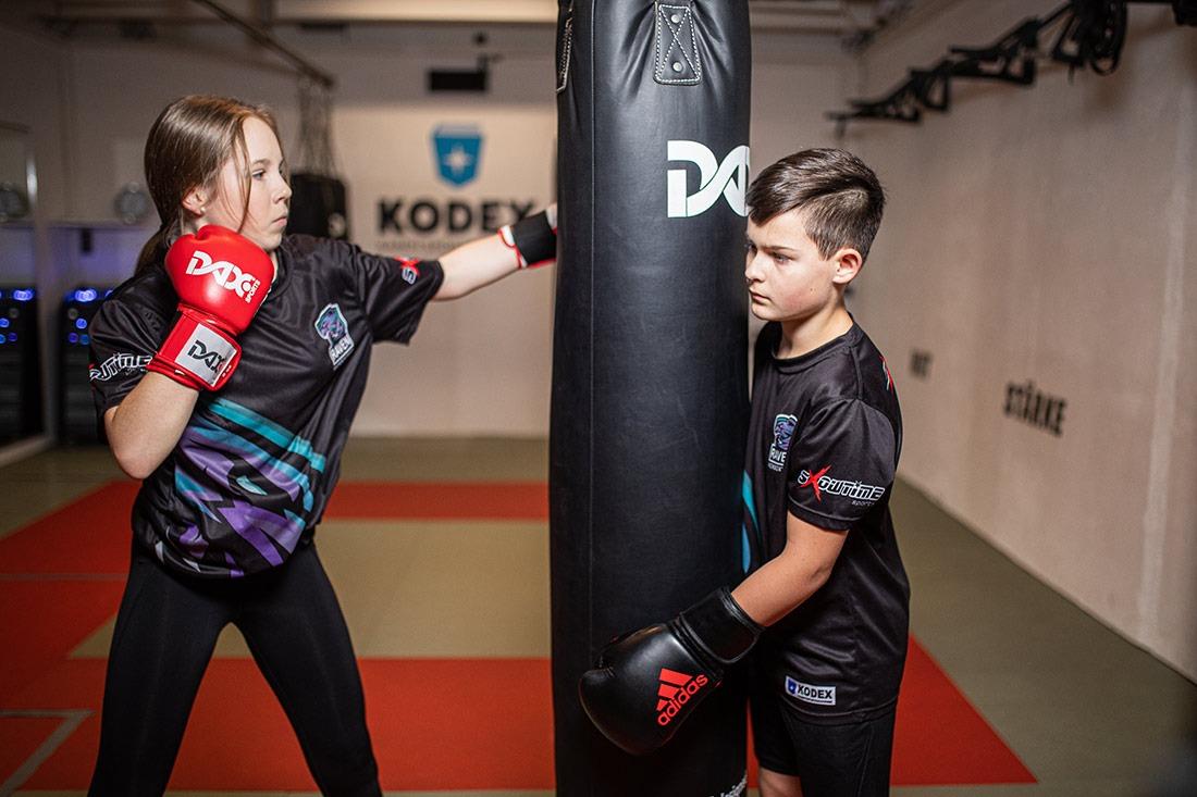 Elisa trainiert Kickboxen auch zum Zweck der Selbstverteidigung für Kinder