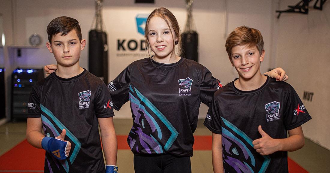 Mike, Elisa und Joni machen nach dem Kickboxtraining ein gemeinsames Gruppenfoto