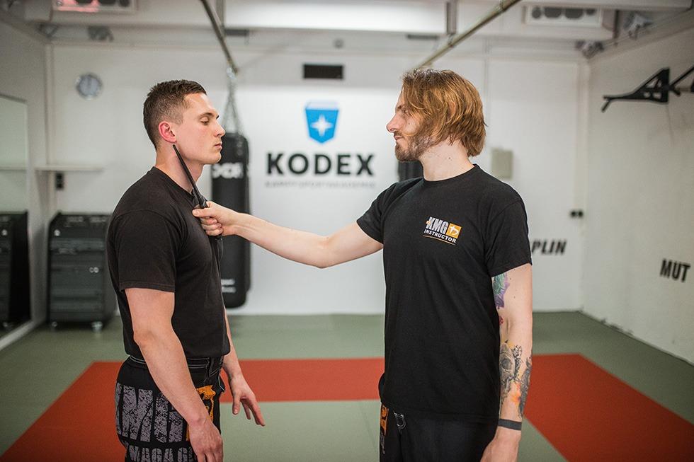 Zwei zertifizierte Krav Maga Global Instructoren aus der Kodex Kampfsportakademie trainieren eine Variante der Messerbedrohung