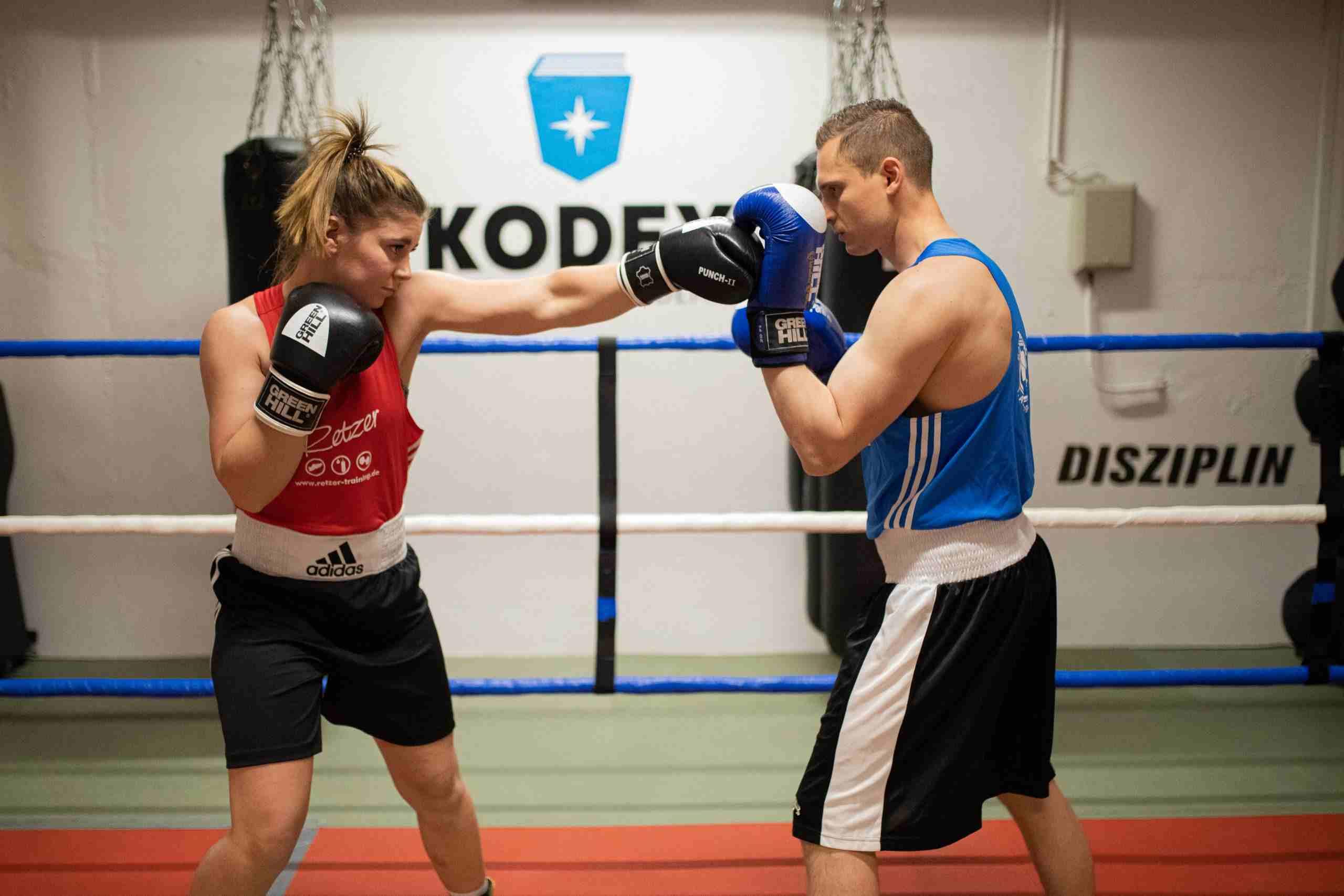Boxtraining in Partnerarbeit mit Boxhandschuhen