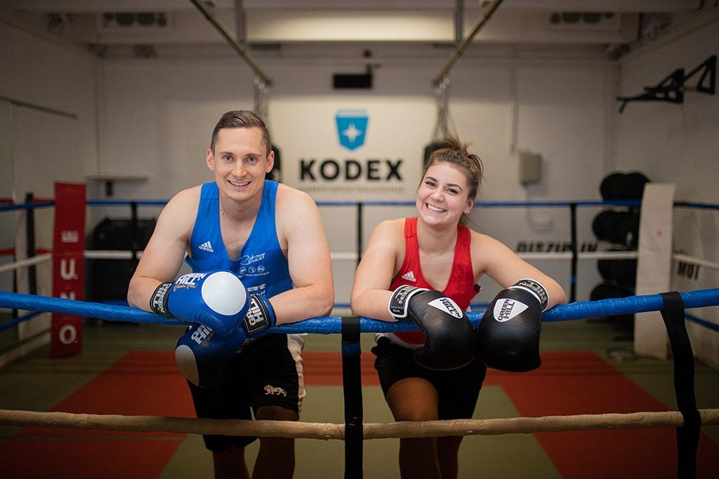 Glückliche Teilnehmer nach einem erfolgreichen Boxtraining
